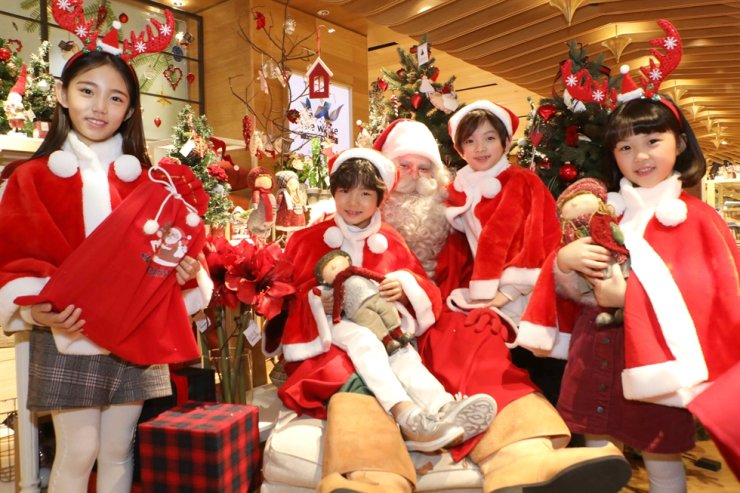 Santa Claus poses with child models at Lotte Department Store in downtown Seoul, Monday. He is from Santa Claus Village in Rovaniemi, Finland, which is a town designated officially as Santa's Village by the Finnish tourism authority. Courtesy of Lotte Department Store
