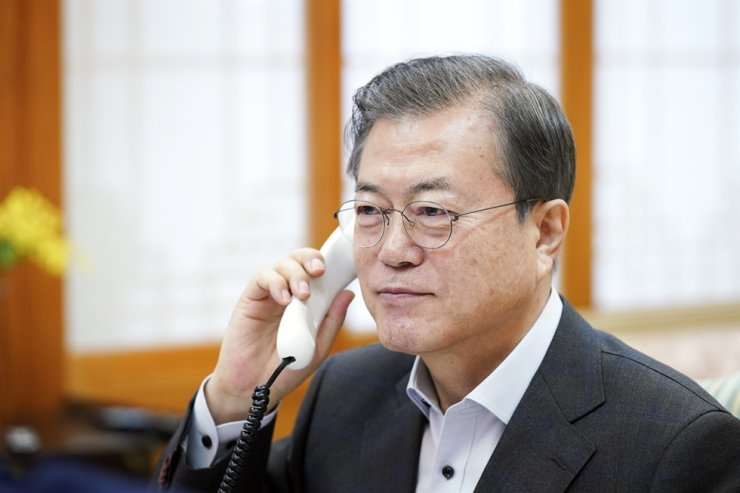President Moon Jae-in speaks on a phone call with U.S. President Donald Trump from Cheong Wa Dae, Saturday. Courtesy of Cheong Wa Dae