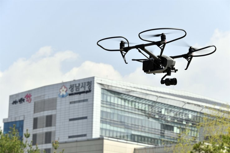 A drone flying near Seongnam City Hall, Jan. 31. / Korea Times file