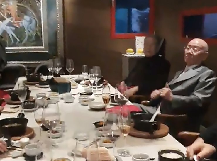 Former President Chun Doo-hwan enjoys a lavish luncheon with former military aides at a Chinese restaurant in Gangnam, southern Seoul, Thursday, in this snapshot from a video clip filmed by Justice Party deputy leader Lim Han-sol. / Courtesy of Justice Party
