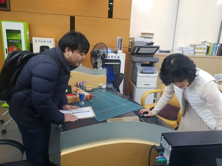 A member of Lawyers for a Democratic Society, or Minbyun, files a constitutional appeal at the Constitutional Court office, Wednesday, regarding the justice ministry's ban on books sent to prisons. / Korea Times photo by Lee Suh-yoon