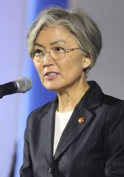 Seen above is Japanese weekly magazine Shukan Bunshun's Nov. 28 report. According to the report, Japanese Foreign Minister Toshimitsu Motegi said South Korean Foreign Minister Kang Kyung-wha does not have any leverage to influence Cheong Wa Dae's decision-making process, claiming she is 'a decoration.' / Yonhap