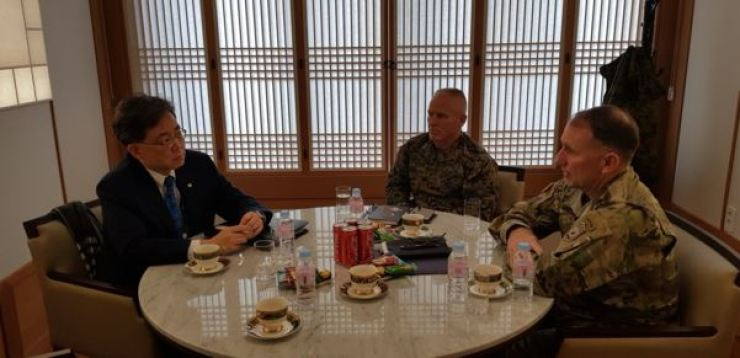 Cheong Wa Dae's National Security Office deputy head Kim Hyun-chong, first from left, speaks with United States Forces Korea Commander Gen. Robert Abrams, first from right, and U.S. Marine Corps Gen. Thomas Weidley at an undisclosed location in Seoul, Friday. / Courtesy of Kim's Twitter post