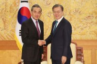 Moon meets with Chinese foreign minister