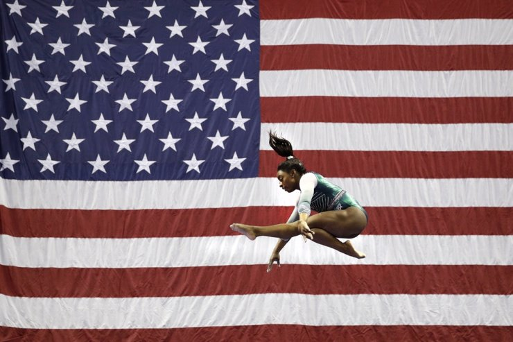 Simone Biles competes on the beam during the senior women's competition at the U.S. Gymnastics Championships, in Kansas City, Mo. in this Aug. 9 file photo. Biles is the 2019 AP Female Athlete of the Year. She is the first gymnast to win the award twice and the first to win it in a non-Olympic year. AP-Yonhap