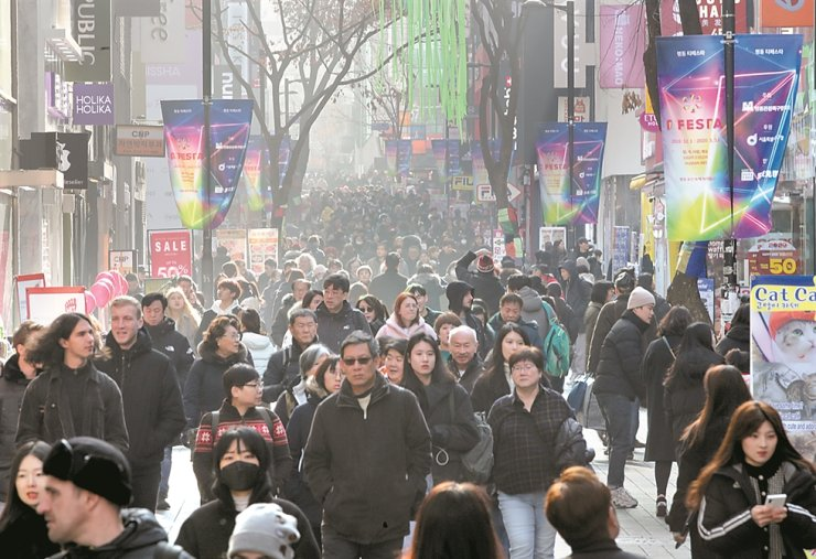 A street in Myeong-dong in central Seoul is crowded with citizens and foreign travelers, Tuesday. The number of foreign tourists to Korea is expected to reach a record 17.5 million this year. / Yonhap