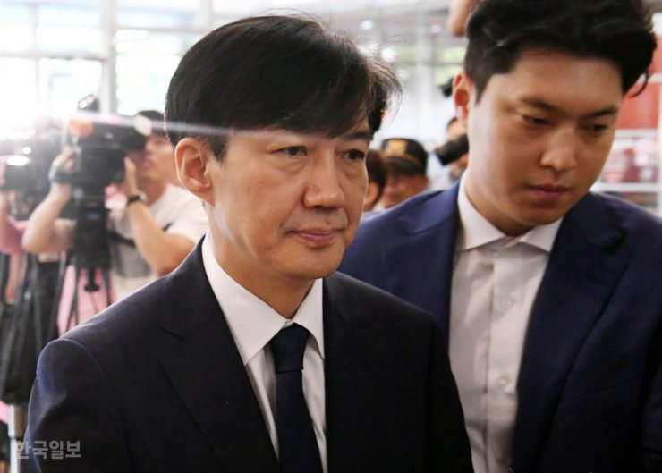 Cho Kuk, the disgraced former senior presidential secretary for civil affairs and ex-justice minister, is expected to be summoned by prosecutors for his role in Cheong Wa Dae allegedly ending a corruption investigation into former Busan Vice Mayor Yoo Jae-soo for alleged bribery. Korea Times photo by Ko Young-kwon
