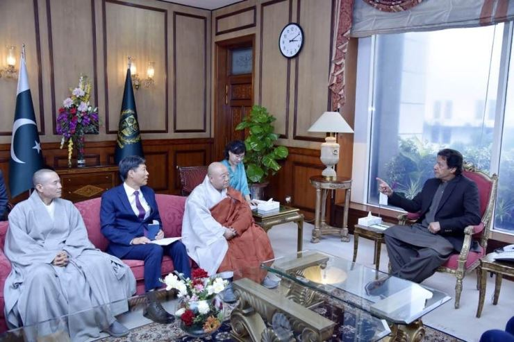 Ven. Wonhaeng, third from left, president of Korea's largest Buddhist sect Jogye Order, listens as Pakistani Prime Minister Imran Khan, right, speaks during the former's courtesy visit to the Pakistani leader in Islamabad on Nov. 20. / Courtesy of Jogye Order