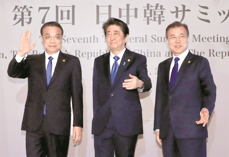 Leaders of South Korea, Japan and China pose for a photo during The Seventh Trilateral Summit Meeting Japan-China-Republic of Korea, May 9, 2018, at the Akasaka Palace State Guest House in Tokyo, Japan. From left are China's Premier Li Keqiang, Prime Minister Shinzo Abe and President Moon Jae-in. Korea Times file