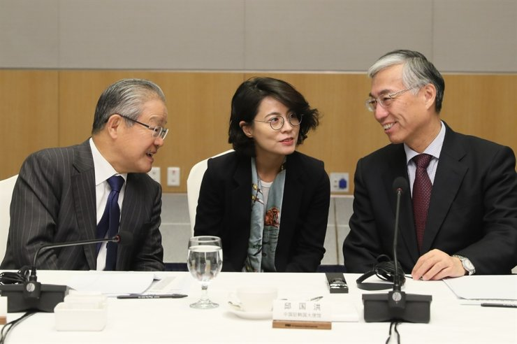 Federation of Korean Industries Vice Chairman Kwon Tae-shin, left, talks with Chinese Ambassador to Korea Qiu Guohong, right, during the meeting at the FKI building in Seoul, Thursday. / Courtesy of FKI