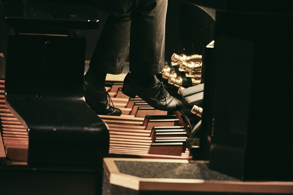 Organist Park Joon-ho explains how an organ make sounds during an 'Organ Odyssey' performance held earlier this year at Lotte Concert Hall in Seoul. Courtesy of Lotte Foundation for Arts