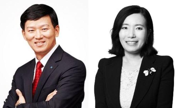 Korean Reinsurance Company CEO Won Jong-gyu, left, and KB Securities CEO Park Jeong-rim / Korea Times file
