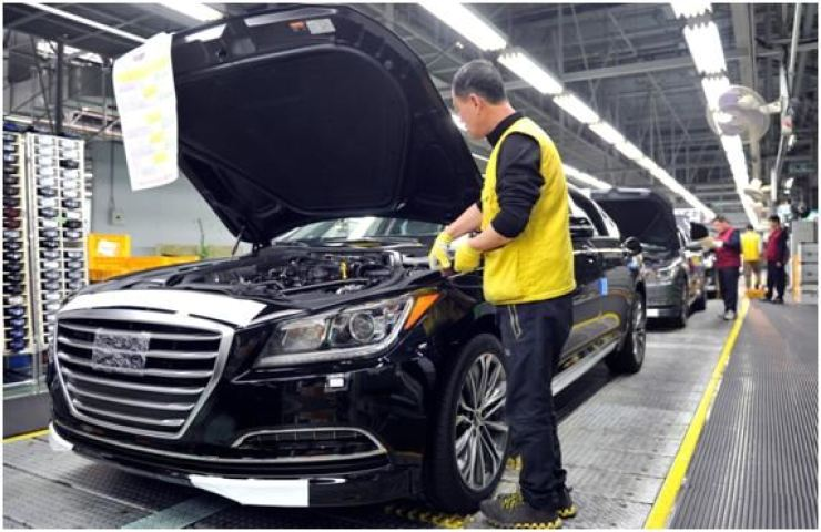 This photo shows an assembly line at Hyundai Motor's plant in Ulsan. / Korea Times file