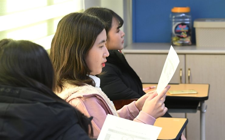 Students check their College Scholastic Ability Test results in a classroom at Yeouido Girls' High School in Seoul, Wednesday. The test organizer said 15 test-takers obtained a perfect score for the state-administered college admission exam. / Korea Times photo by Bae Woo-han