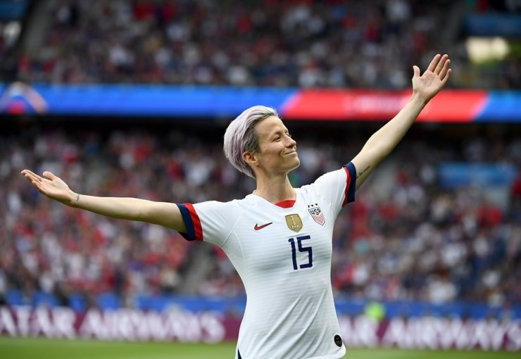 United States' forward Megan Rapinoe celebrates scoring her team's first goal during the France 2019 Women's World Cup quarter-final football match between France and United States at the Parc des Princes stadium in Paris in this June 28 file photo. AFP-Yonhap