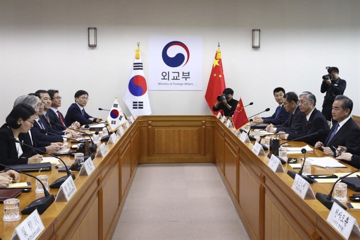 South Korean Foreign Minister Kang Kyung-wha, second from the left, talks with Chinese Foreign Minister Wang Yi, right, during their meeting at the foreign ministry in Seoul on Wednesday. AP-Yonhap