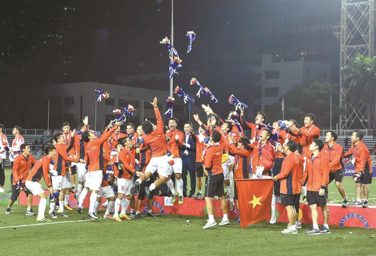 Vietnam's players celebrate after winning gold against Indonesia's during their men's football final match at the Southeast Asian Games at the Rizal Memorial Stadium in Manila on Tuesday. /AP-Yonhap