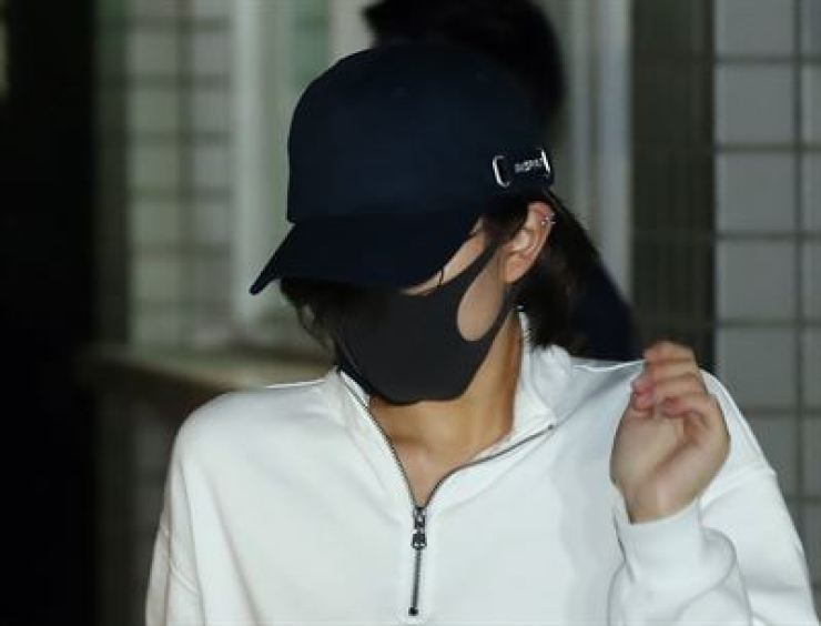 A daughter of former lawmaker Hong Jung-wook leaves Incheon Detention Center, Sept. 30, after an arrest warrant for her on illegal drug smuggling charges was rejected. / Yonhap