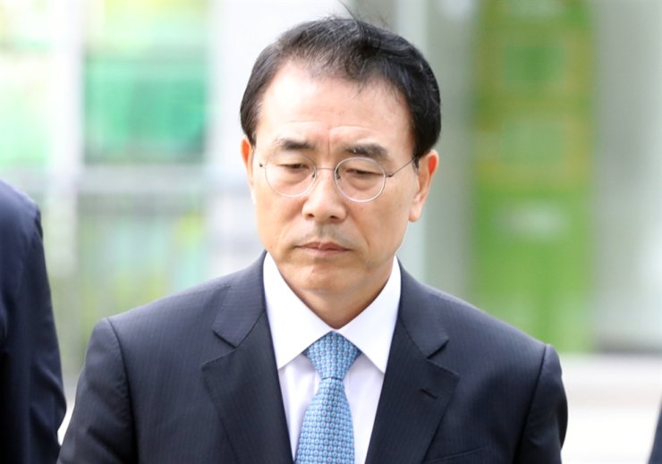Shinhan Financial Group Chairman Cho Yong-byoung appears in the Seoul Eastern District Court as he awaits the court's decision on the prosecutors' arrest warrant in this October 2018 file photo. / Yonhap