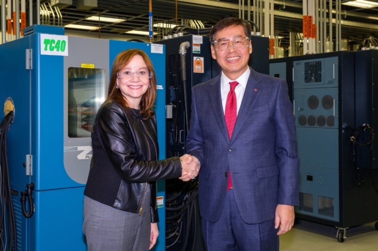 LG Chem Vice Chairman and CEO Shin Hak-cheol, right, shakes hands with GM Chairman and CEO Mary Barra at the GM Global Tech Center in Michigan, Thursday (local time), after signing a contract to set up an EV battery cell joint venture. / Courtesy of LG Chem