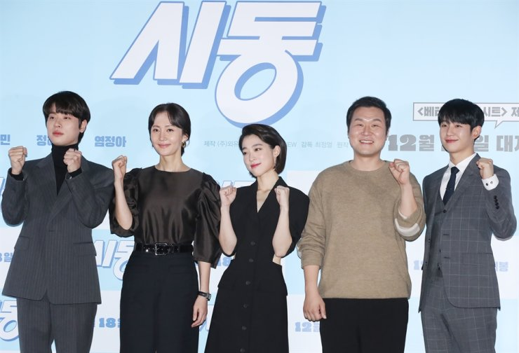 The cast members of the new comedy 'Start-Up' ― Park Jung-min, from left, Yum Jung-ah, Choi Sung-eun, Yoon Kyung-ho and Jung Hae-in ― pose for pictures during a press conference in Gwangjin-gu, Seoul, Tuesday. Yonhap