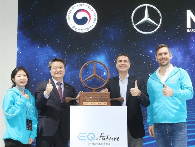 Daimler AG Head of Open Innovation Philipp Gneiting, right, poses during the opening ceremony of Connected Car Startup Hackathon held by Mercedes-Benz Korea in Gangnam-gu, Seoul, Wednesday. Second from left are Vice Minister of SMEs and Startups Kim Hak-do, Mercedes-Benz Korea CEO Dimitris Psillakis and Gneiting. Courtesy of Mercedes-Benz Korea