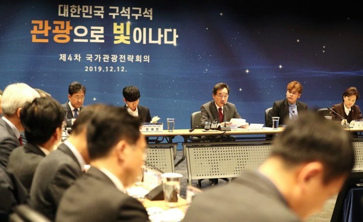 Prime Minister Lee Nak-yon leads the national tourism strategy meeting in Chungju, North Chungcheong Province, Thursday. / Yonhap