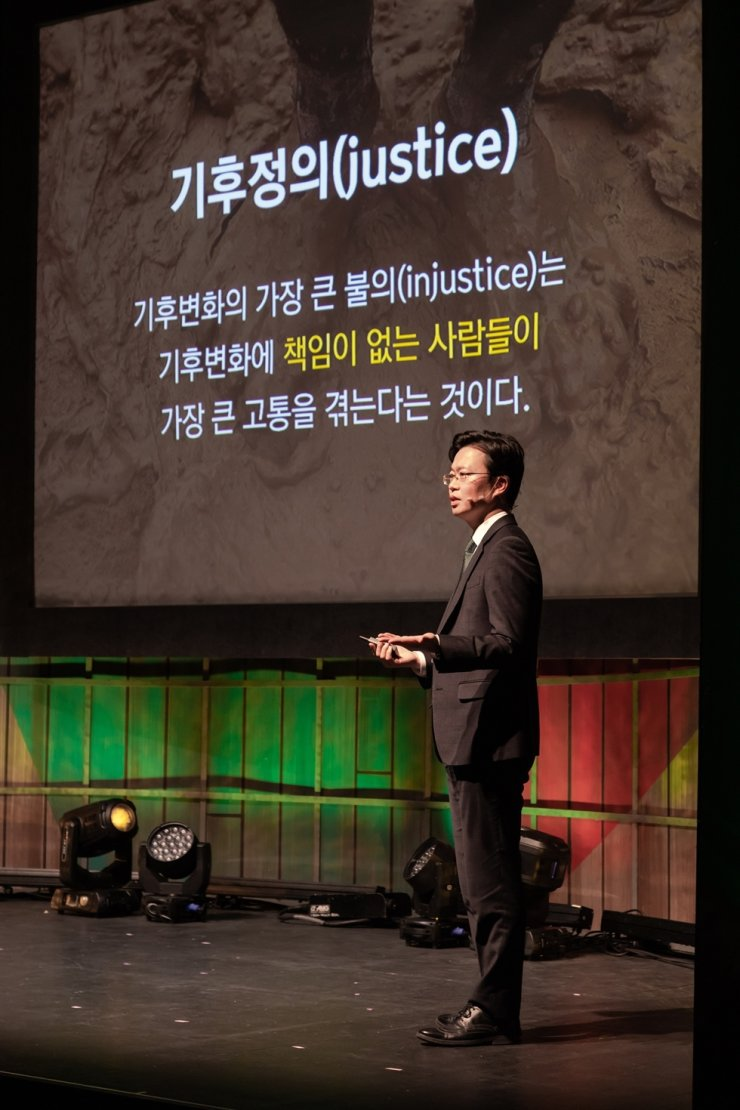 Lee Jun-mo, executive director of the Korean branch of Irish humanitarian group Concern Worldwide, speaks about climate change and its impact on impoverished communities at a forum in Seoul in this Nov. 19 file photo. / Courtesy of Concern Worldwide
