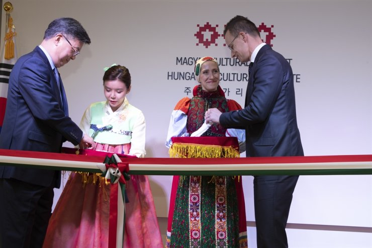 Peter Szijjarto, the Minister of Foreign Affairs and Trade of Hungary, right, and Chang Jae-bok, the ambassador for public diplomacy, prepare to cut the ribbon during an opening ceremony of the Hungarian Cultural Institute, at the UNESCO Building in central Seoul. Korea Times photo by Choi Won-suk