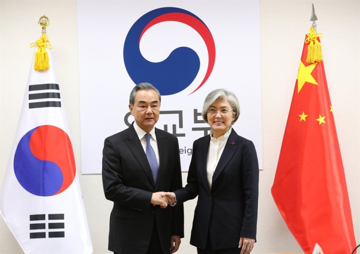 South Korean Foreign Minister Kang Kyung-wha, right, shakes hands with her Chinese counterpart Wang Yi at the Government Complex building in central Seoul, Wednesday. / Korea Times photo by Hong In-ki