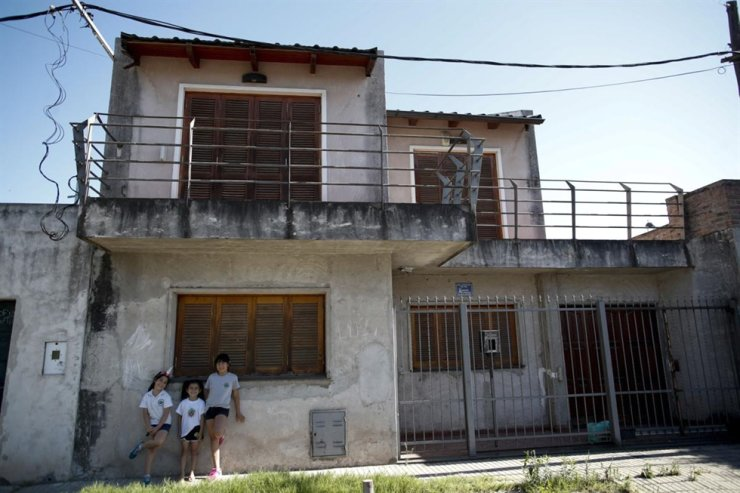 Girls stand outside Lionel Messi's childhood home, in the La Bajada neighborhood, in Rosario, Argentina in this file photo taken on Dec. 5. /AP-Yonhap