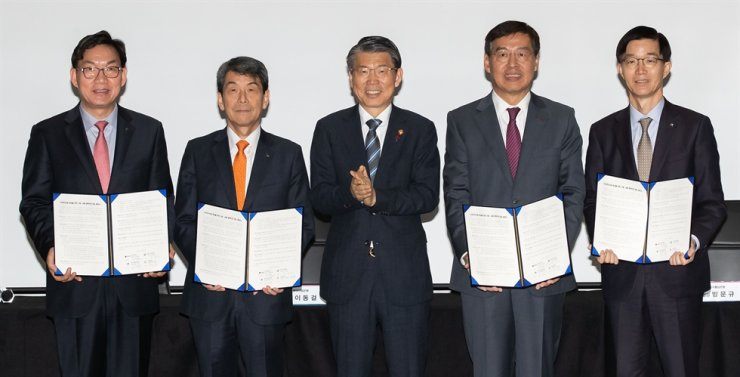 Financial Services Commission (FSC) Chairman Eun Sung-soo, center, applauds at LG Science Park in Seoul, Monday, as financial institutions agreed to fund LG Chem for its investments in secondary cell production. From left are NongHyup Bank CEO Lee Dae-hoon, Korea Development Bank Chairman Lee Dong-gull, Eun, LG Chem Vice Chairman Shin Hak-cheol and Export-Import Bank of Korea CEO Bang Moon-kyu. / Courtesy of FSC