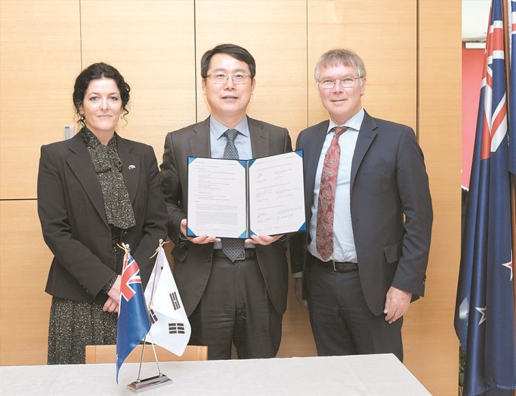 From left, New Zealand Hydrogen Association CEO Linda Wright, SEA LH2 Consortium head and Korea Institute of Science and Technology professor Chang Dae-jun and New Zealand Trade and Export Growth Minister David Parker after the signing of the Letter of Intent in Seoul last month. / Embassy of New Zealand