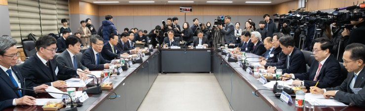 Financial Services Commission (FSC) Chairman Eun Sung-soo, fourth from left, speaks during a meeting with bank CEOs at the Government Complex in Seoul, Thursday. / Courtesy of FSC