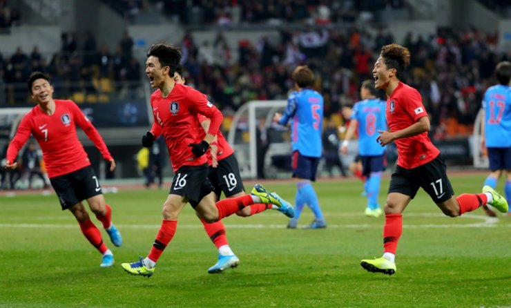 South Korea's Hwang In-beom, second from left, celebrates after scoring the first goal during the final match against Japan during the East Asian Football Federation (EAFF) E-1 Football Championship at Busan Asiad Main Stadium in the southern port city of Busan, Wednesday. South Korean won the game 1-0 and won the championship three-peat. Yonhap