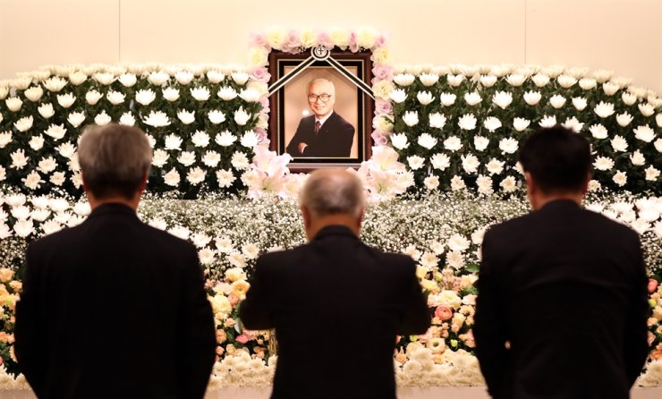 People pay their respects at a memorial altar for former Daewoo Group Chairman Kim Woo-choong at Ajou University Hospital funeral hall in Suwon, Gyeonggi Province, Tuesday. Yonhap