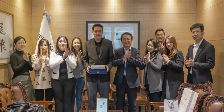 Robert Neff, fifth from left, freelance writer and historian specializing in Korea, poses with Korea Times President Lee Byeong-eon, sixth from left, and other members of the paper after receiving an appreciation plaque for his contribution at the office in Seoul, Monday. Neff, author of several books including 'Korea Through Western Eyes' and 'The Lives of Westerners in Joseon Korea,' has contributed to the blogger section of 'About the past' over the past two years with interesting stories and photos mostly about Korean history during the late 19th and early 20th centuries. Korea Times photo by Kim Kang-min