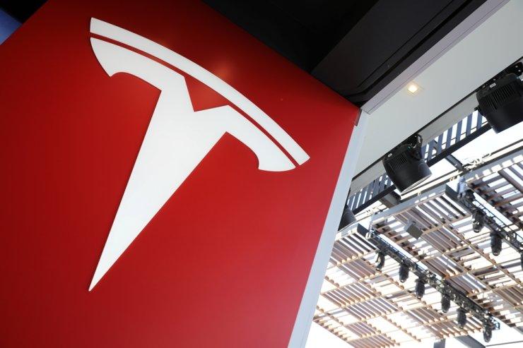 A Tesla logo is seen in Los Angeles, California U.S. January 12, 2018.  /REUTERS