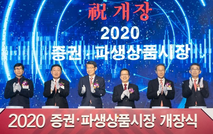 Financial Services Commission (FSC) Chairman Eun Sung-soo, third from left, applauds with Korea Exchange Chairman Jung Ji-won, third from right, and other participants in an opening ceremony for the stock market in 2020, at Conrad Seoul, Thursday. Eun vowed to ease net capital ratio rules for investment banks, while regulating their investments in real estate. / Courtesy of FSC