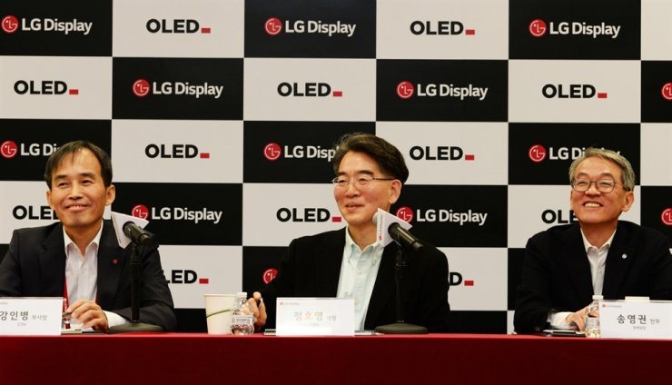 LG Display CEO Jeong Ho-young, center, speaks during a press conference in Las Vegas, Tuesday (KST). / Courtesy of LG Display