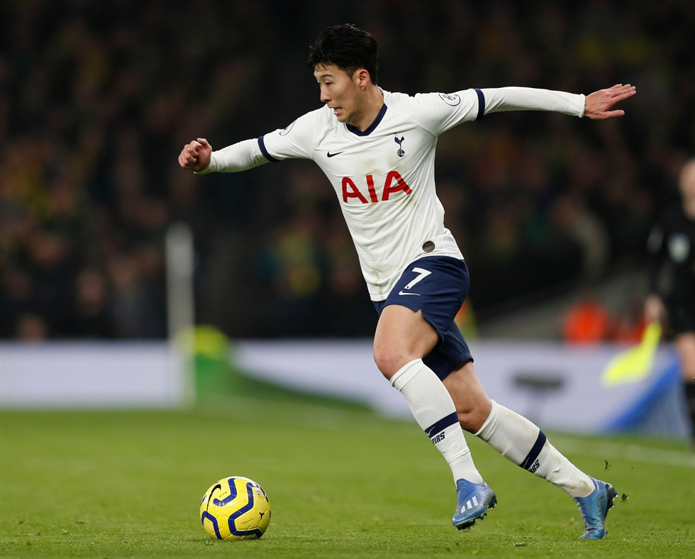 Tottenham Hotspur's South Korean striker Son Heung-Min, left, talks with Tottenham Hotspur's Portuguese head coach Jose Mourinho on the touchline during the English Premier League football match against Norwich City at the Tottenham Hotspur Stadium in London, Wednesday. /AFP