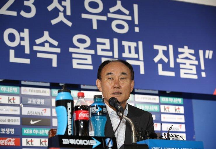 South Korean U-23 National Football head coach Kim Hak-bum speaks during press conference at the Korea Football Association Hall in central Seoul, Thursday. / Yonhap