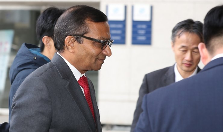 Mahindra & Mahindra Managing Director Pawan Goenka enters the building of Korea Development Bank on Yeouido in Seoul, Jan. 16. Yonhap