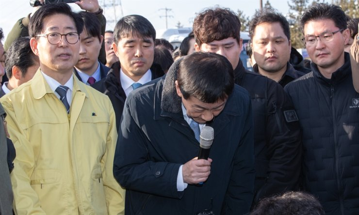 Interior and Safety Minister Chin Young, center, bows to residents of Asan during his trip to the region Thursday./ Yonhap