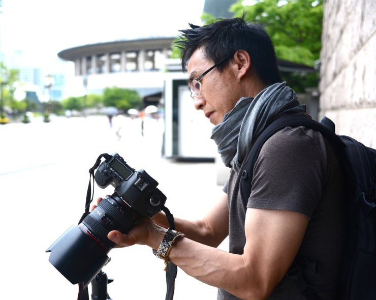 Director Kim adjusts his camera in Seoul in this 2013 file photo. / Courtesy of Kim Deog-young