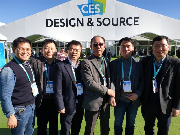 Electronics and Telecommunications Research Institute (ETRI) President Kim Myung-joon, third from right, poses with researchers at the Consumer Electronics Show in Las Vegas, Thursday (KST). / Korea Times photo by Baek Byung-yeul