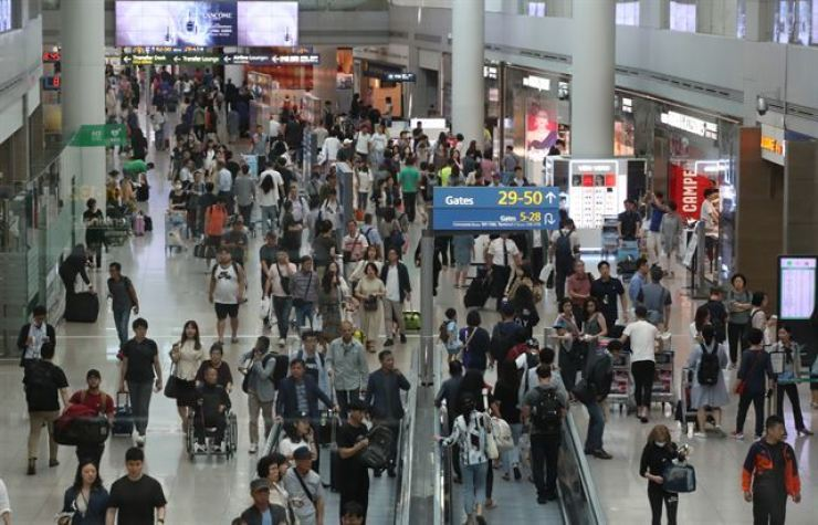 Incheon International Airport and other tourism businesses will suffer from the spreading of Wuhan coronavirus from China if the virus outbreak persists, according to a global credit rating firm. Yonhap