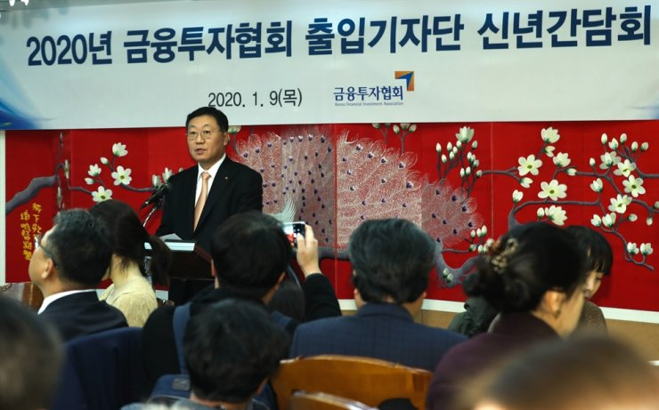 Na Jai-chel, chairman of the Korea Financial Investment Association, speaks during a press conference in Seoul, Thursday. Na said that the association will provide full support for the capital market to play a bigger role as a new growth engine. He also vowed to continue to work to create a better regulatory environment in cooperation with member companies. / Yonhap