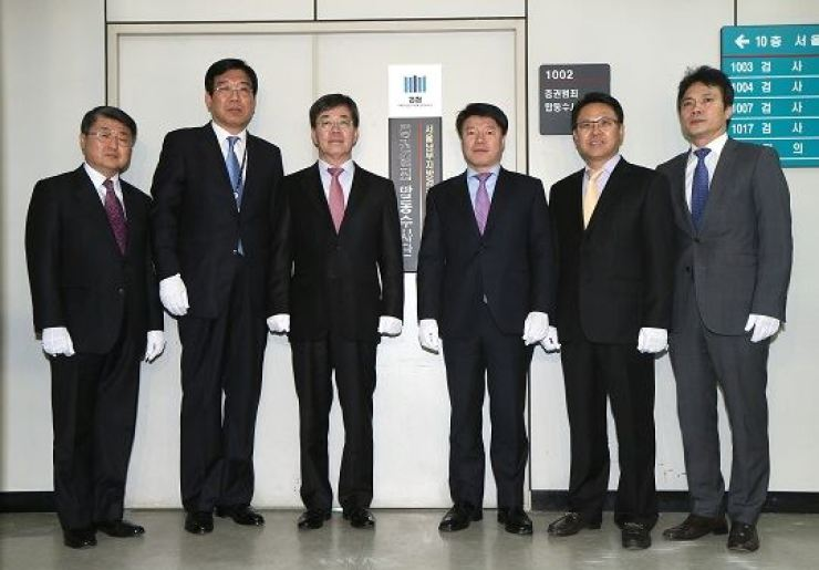 Prosecutors stand in front of the Stock Crime Joint Investigation Team's office when the team was transferred to the Seoul Southern District Prosecutors' Office from the Seoul Central District Prosecutors' Office in February 2014. / Yonhap
