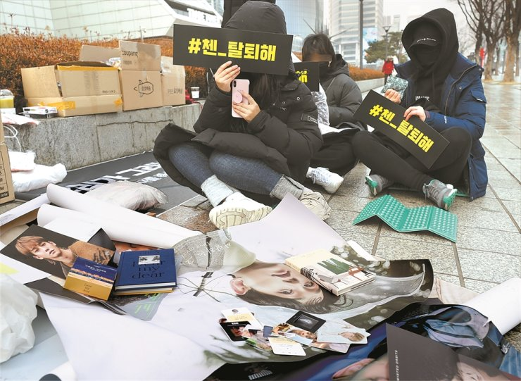Fans of Korean boy band EXO protest in front of SM TOWN Coex Artium in Seoul, Sunday, demanding Chen leave the group. / Yonhap